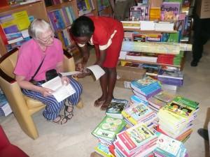 """Vi sjekker bøkene i Aristoc hokhandel, Kampala"""