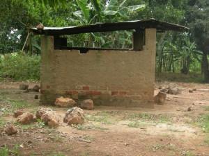 Dette er det gamle kjøkkenet på skolen i Kalagala. De ønsket seg sårt et nytt kjøkken.