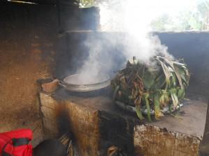 Den gamle ovnen. Kokkene står bøyd og må puste inn røyk.